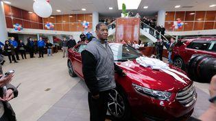 James Robertson se voit offrir une voiture, à Sterling Heights (Etats-Unis), le 6 février 2015. ( /SIPA / SIPA)