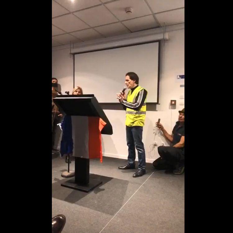"""Philippe Argillier (au centre), présenté par une figure des """"gilets jaunes"""" comme un puissant et influent soutien au mouvement, mercredi 5 décembre 2018 à Nice (Alpes-Maritimes). (RESISTANCE NICE / FACEBOOK)"""