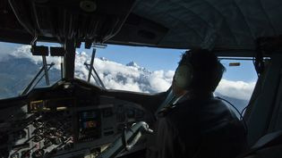 Dans le cockpit d'un avion reliant Katmandou à Lukla, au Népal, le 8 octobre 2010. (ONLY WORLD / AFP)