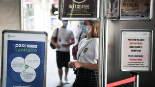 """Masques obligatoires et contrôle du pass sanitaire à l'entrée du cinéma Grand Rex à Paris pour assister à la projection de """"Kaamelott"""" d'Alexandre Astier, le 21 juillet 2021. (ALAIN JOCARD / AFP)"""