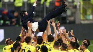 Unai Emery, salué par ses joueurs après la victoire de Villarreal en Ligue Europa. (MAJA HITIJ / POOL)