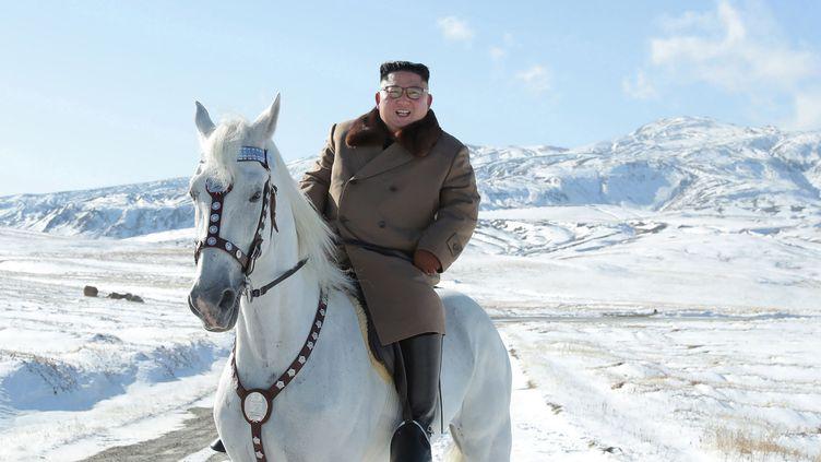 Le présidentKim Jong Un sur un cheval blanc dans la neige surle mont Paektu, en Corée du Nord, le 16 octobre 2019. (STR / KCNA VIA KNS)