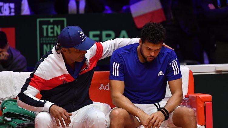 Jo-Wilfried Tsonga, réconforté par Yannick Noah (PHILIPPE HUGUEN / AFP)