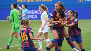 Les Barcelonaises de Lieke Martens célèbrent un but et la qualification contre le PSG, en demi-finale retour (2-1) de la Ligue des champions au Stade Johan-Cruyff, dimanche 2 mai. (LLUIS GENE / AFP)