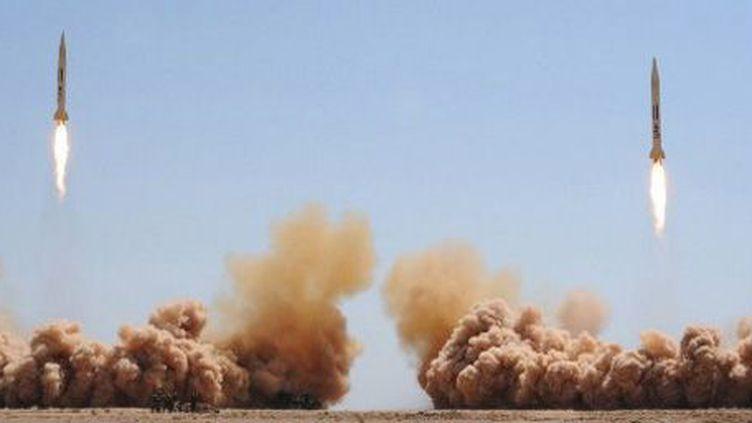 Lancement de missiles au cours de manoeuvres de l'armée syrienne dans un endroit inconnu le 11-7-2012. Aux dires des spécialistes, les missiles sont des vecteurs potentiels pour les armes chimiques syriennes. Photo éditée par l'agence de presse du régime de Damas. (AFP - HO - SANA)
