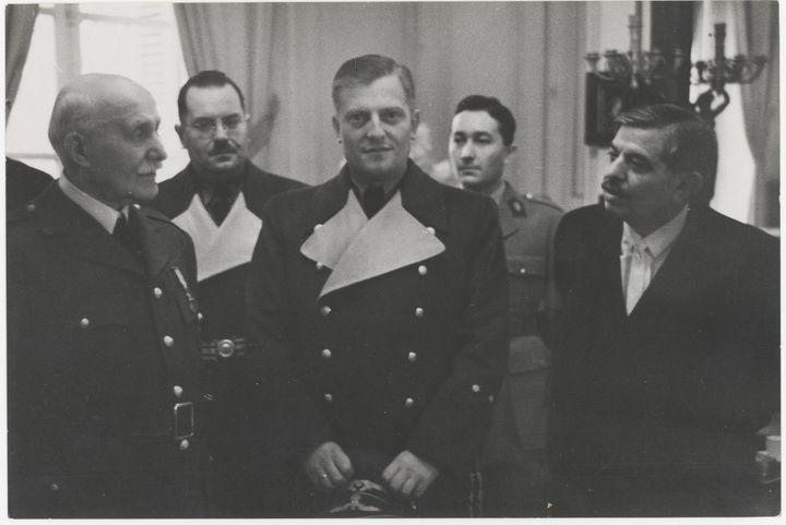 Le maréchal Pétain, Pierre Laval et Otto Abetz, ambassadeur d'Allemagne, se retrouvent à lapréfecture de Tours quelques heures avant l'entrevue de Montoire, 24 octobre 1940  (Archives nationales / Rémi Champseit)