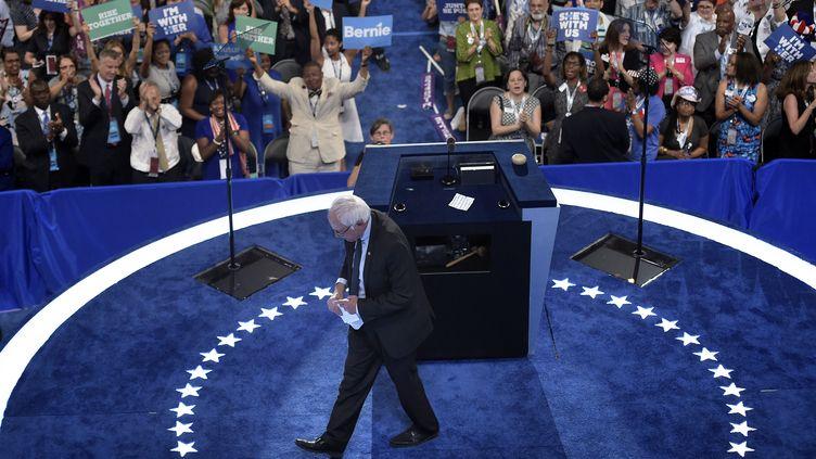 Bernie Sanders, sénateur du Vermont, quitte la tribune de la convention démocrate, le 25 juillet 2016 à Philadelphie (Etats-Unis). (BRENDAN SMIALOWSKI / AFP)