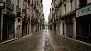 Une rue désertée de la ville de Bayonne (Pyrénées-Atlantiques), le 11 avril 2020. (MARTIN NODA / HANS LUCAS / AFP)