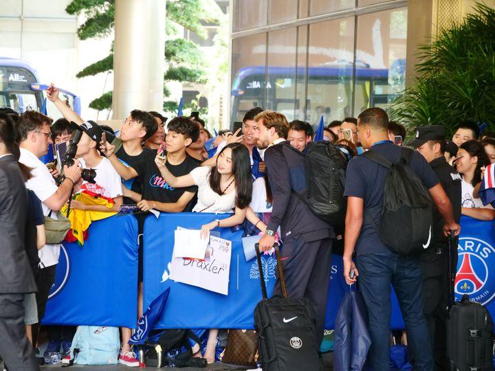 Kevin Trapp, joueur du PSG, avec des supporters chinois à Shenzhen (Chine), le 24 juillet 2019 (MAXPPP)