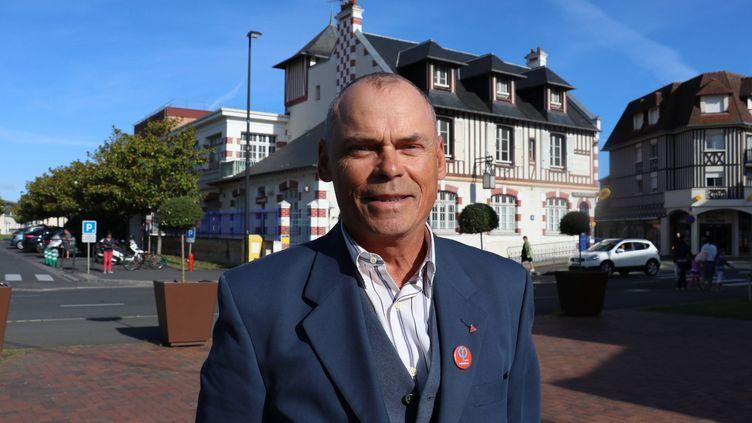 Stéphane Poussier, le 4 avril 2017 lors de la campagne pour les élections législatives à Cabourg (Calvados). (MAXPPP)