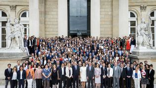 Les députés deLa République en marche réunis devant l'Assemblée nationale, à Paris, le 24 juin 2017. (GILLES BASSIGNAC / AFP)