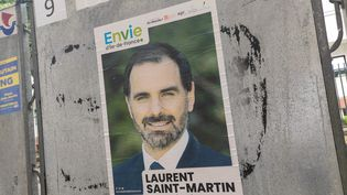"""Une affiche de campagne de la liste """"Envie d'Ile-de-France"""", menée par le député de la République en marche Laurent Saint-Martin, à Paris, le 5 juin 2021. (RICCARDO MILANI / HANS LUCAS / AFP)"""