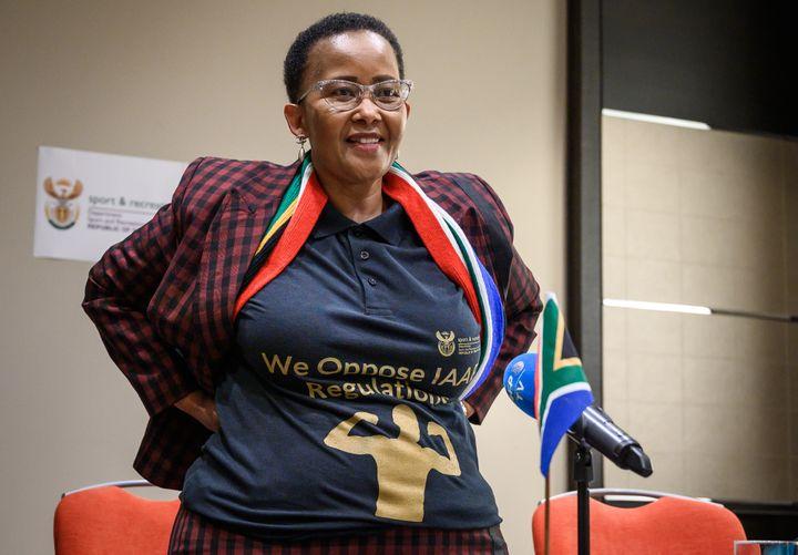 """La ministre sud-africaine des sports Tokozile Xasa porte un t-shirt sur lequel on peut lire """"Nous nous opposons aux règlements de l'IAAF"""" lors d'une conférence de presse pour soutenir Caster Semenya lors de son audience devant le Tribunal arbitral du sport (TAS) le 21 février 2019 à Lausanne, en Suisse. (FABRICE COFFRINI / AFP)"""