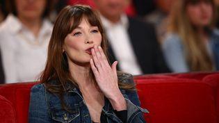 """La chanteuse Carla Bruni-Sarkozy sur le plateau de """"Vivement Dimanche"""", sur France 2, le 19 mars 2014. (MAXPPP)"""
