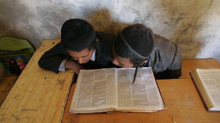 Raydah (Yemen) le 20 février 2009. Jeunes juifs étudiant la torah dans une école juive de la ville.   (REUTERS/Khaled Abdullah)