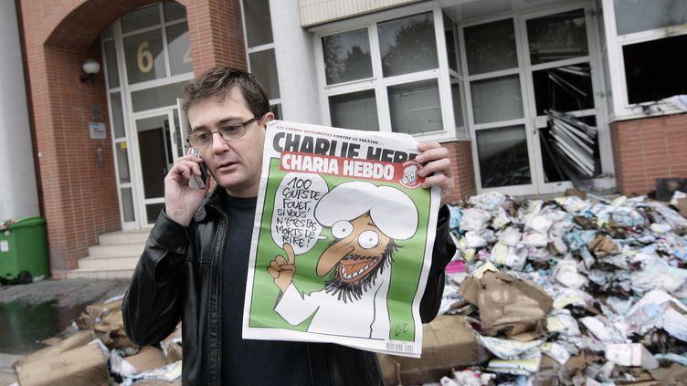 L'éditeur du Charlie Hebdo, Charb, montre une édition spéciale du magazine satirique français Charlie Hebdo le 2 Novembre 2011 à Paris (ALEXANDER KLEIN / AFP)