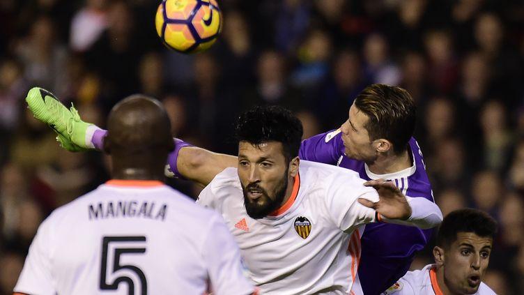 Cristiano Ronaldo en plein déséquilibre aérien face aux Valencians Mangala et Garay (JOSE JORDAN / AFP)