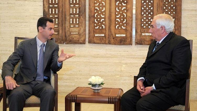 Bachar al-Assad, lors d'un entretien avec le nouveau gouverneur de Daraa, le 4 avril 2011 (AFP/HO-SANA)