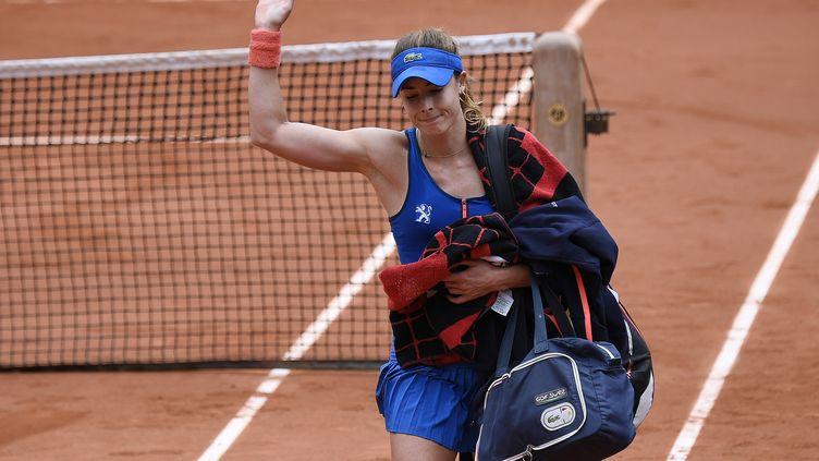 Alizé Cornet quitte le court de Roland-Garros, le 31 mai 2015, après son élimination en huitièmes de finale. (MIGUEL MEDINA / AFP)