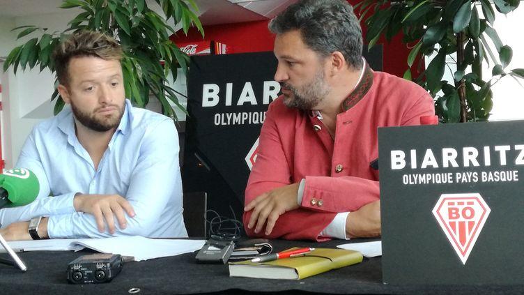 Le président du directoire du Biarritz olympique, Jean-Louis Aldigé (à gauche), aux côtés du président du conseil de surveillance, Louis-Vincent Gave. (THIBAUT VINCENT / RADIO FRANCE)