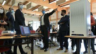 Laurent Wauquiez, le président LR de la région Auvergne-Rhône-Alpes, pointe du doigt un purificateur d'air dans une cantine scolaire de Saint-Priest le 10 novembre 2020. (MAXPPP)