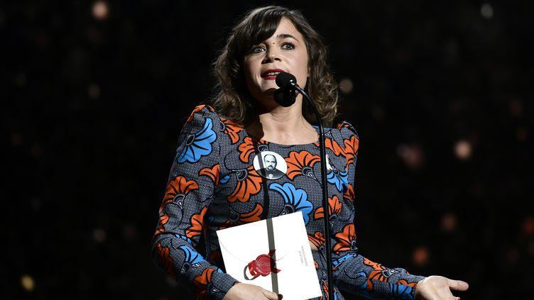 L'humoriste Blanche Gardin sur la scène de la cérémonie des César, le 2 mars 2018, à Paris. (PHILIPPE LOPEZ / AFP)