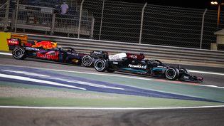 Lewis Hamilton a la lutte avec Max Verstappen au Grand Prix de Bahreïn, dimanche 28 mars. (FLORENT GOODEN / DPPI MEDIA)
