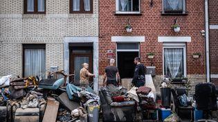 A Vaux-sous-Chèvremont, près de Liège (Belgique), l'heure est au ménage dans les maisons touchées par les eaux,le 16 juillet 2021. (VIRGINIE NGUYEN HOANG / HANS LUCAS / AFP)