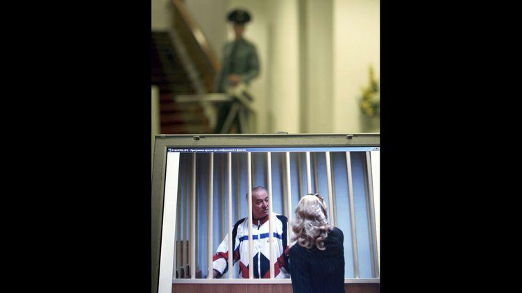Sergueï Skripal parle à son avocate au palais de justice de Moscou (Russie), le 9 août 2006. (MISHA JAPARIDZE / AP / SIPA)