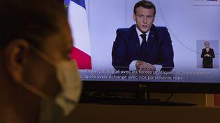Pendant l'allocution télévisée d'Emmanuel Macron, le 28 octobre 2020, à Marseille. (SPEICH Frédéric / MAXPPP)