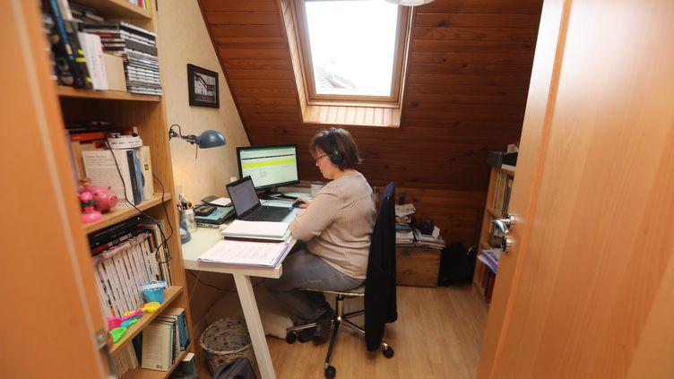 Une salariée travaille à son domicile, en janvier 2021. (VINCENT VOEGTLIN / MAXPPP)