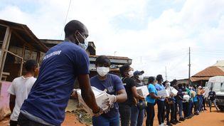 Des bénévoles livrent des denrées alimentaires dans un quartier de Lagos, au Nigeria, le 7 juin 2020. (OLUKAYODE JAIYEOLA / NURPHOTO / AFP)