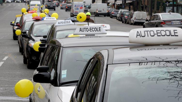 Manifestations d'auto-écoles et opération escargot contre les inspecteurs en grève illimitée.La circulation sur le boulevard périphérique de Paris était perturbée, vendredi 29 novembre 2013 (PFG/SIPA)