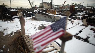 La neige recouvre les ruines des maisons dévastées par le cyclone Sandy à Breezy Point dans le quartier du Queens, àNew York (Etats-Unis), le 8 novembre 2012. (MARIO TAMA / GETTY IMAGES NORTH AMERICA / AFP)