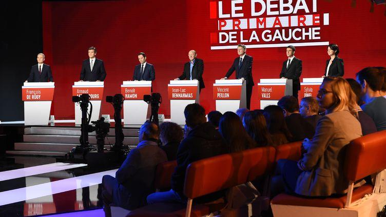 Les sept candidats de la primaire de la gauche, lors du deuxième débat de la campagne, le 15 janvier 2017. (BERTRAND GUAY / AFP)