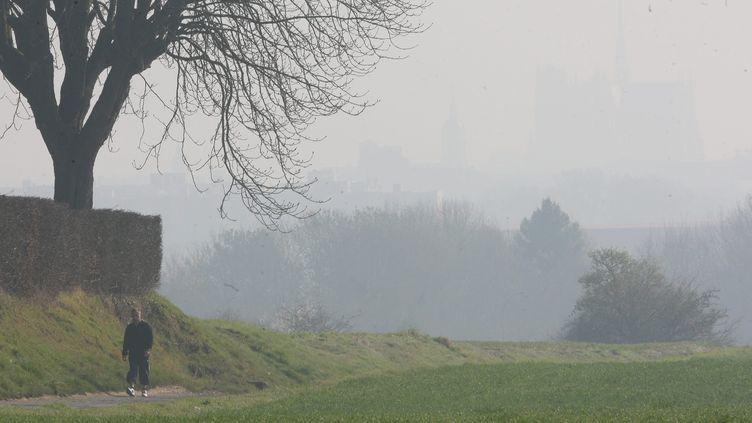 La ville d'Amiens (Somme) est comme plongée dans la brume à cause de la pollution, le 12 mars 2014. (  MAXPPP)