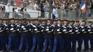 Des gendarmes défilent sur les Champs-Elysées, à Paris, le 14 juillet 2014. (MIGUEL MEDINA / AFP)