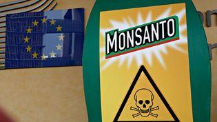 Des activistes protestent contre la firme Monsanto à l'extérieur de la Commission européenne, à Bruxelles (Belgique), le 19 juillet 2017. (ALEXANDROS MICHAILIDIS / AFP)