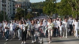 Les participants à la marche blanche en soutien au chauffeur de bus agressé à Bayonne (Pyrénées-Atlantiques), le mercredi 8 juillet 2020. (IROZ GAIZKA / AFP)