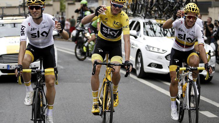 Chris Froome, vainqueur pour la 4e fois du Tour de France, entouré de ses coéquipiers lors du traditionnel défilé durant l'ultime étape vers les Champs-Elysées. (BENOIT TESSIER / POOL)