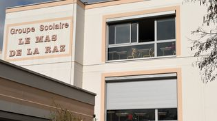"""L'école """"Le Mas de la Raz"""" à Villefontaine en Isère, dont le directeur a été mis en examen, en mars 2015 pour pédophilie. Photo prise le 24 mars 2015. (PHILIPPE DESMAZES / AFP)"""