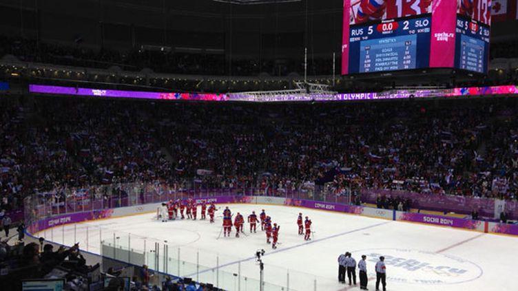 Les hockeyeurs russes célèbrent leur victoire pour l'ouverture de leur tounoi olympique