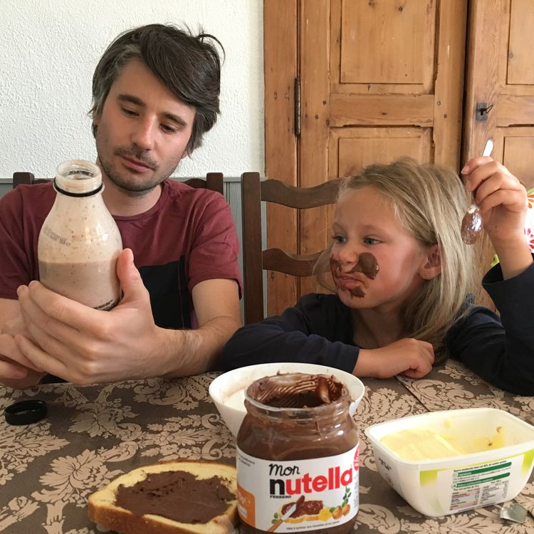Notre journaliste Raphaël Godet aux côtés de sa nièce Louisa, dans les Deux-Sèvres, le 11 mai 2018. (FRANCEINFO)