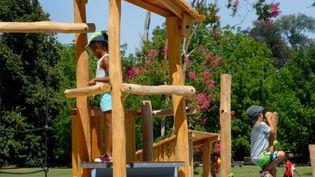 Des enfants jouent dans un parc à Lyon (Rhône). (PHOTO PHILIPPE JUSTE / MAXPPP)