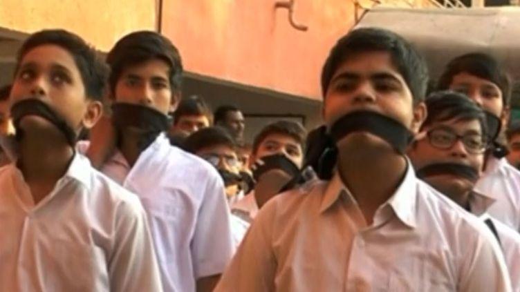 Des écoliers à Vadodara, en Inde,rendent hommage, mercredi 17 décembre, aux victimes de l'attaque des talibans sur une école du Pakistan, qui a tué 141 personnes. (REUTERS)