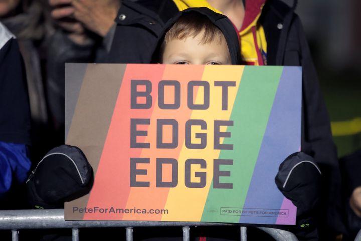 Un enfant tient une pancarte en soutien à Pete Buttigieg, à Des Moines (Iowa), le 12 octobre 2019. (SCOTT OLSON / GETTY IMAGES NORTH AMERICA / AFP)