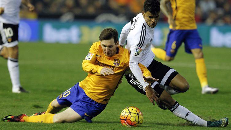 Léo Messi et Danilo Barbosa au coude à coude (JOSE JORDAN / AFP)