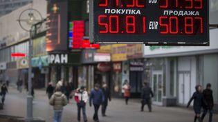 Un bureau de change roubles-dollars-euros à Moscou (Russie), le 3 mars 2014. (ALEXANDER ZEMLIANICHENKO / AP / SIPA )