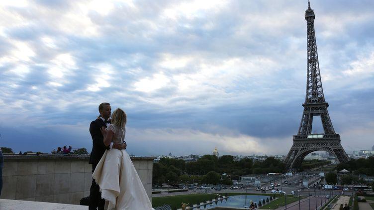 Un couple de marié, sur l'esplanade du Trocadéro, à Paris, le 15 septembre 2015. (Photo d'illustration) (LUDOVIC MARIN / AFP)