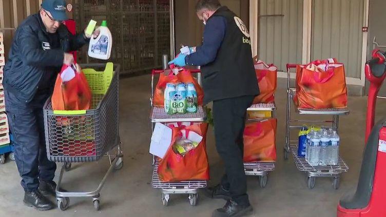 Les mairies se mobilisent contre l'épidémie de coronavirus Covid-19. Certaines ont mis en place un service gratuit de livraison de courses à domicile pour les personnes âgées de plus de 70 ans, vulnérables contre la maladie. Reportage en Saône-et-Loire. (France 3)